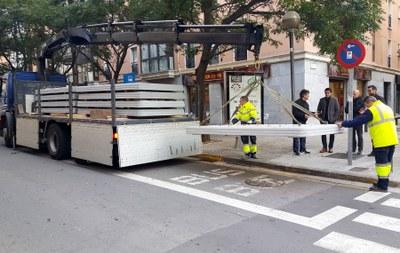 Baixadors de formigó en cinc parades de bus urbà