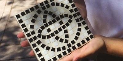 'Creactiva't al Museu!' proposa fer un rodal amb la tècnica romana del mosaic