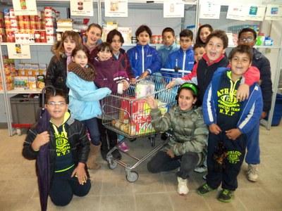 Els infants del Centre Obert col·laboren amb el Banc de Queviures