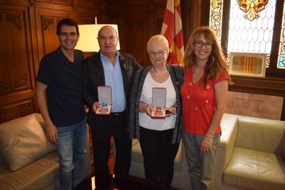 L'alcalde, Marc Castells, i la Regidora Patricia Illa reben el nedador Enric Ferrer