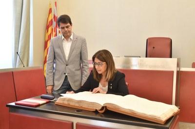 La consellera Budó signa al Llibre d'Honor de la Ciutat