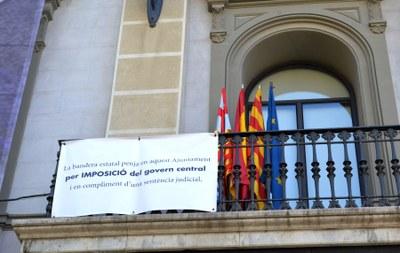 L'Ajuntament penja la bandera estatal per mandat judicial