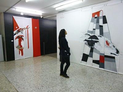 """""""Evocacions verticals"""" de Lluïsa Pla a l'Escola Municipal d'Art Gaspar Camps"""