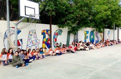 Alumnes del Joan Mercader fan un mural a l'escola Garcia Fossas