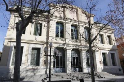 Durant l'agost, cartes i domino al bar de l'Ateneu