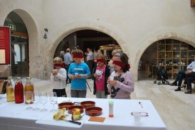 El Museu de la Pell proposa un taller perquè els infants coneguin les propietats del vi i el most