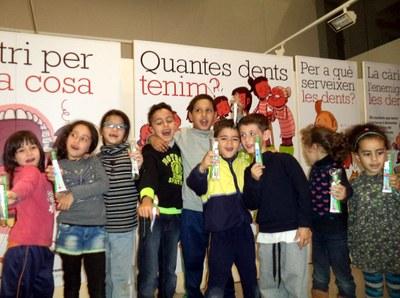 Els infants del Centre Obert visiten l'exposició 'Cuida't les dents'