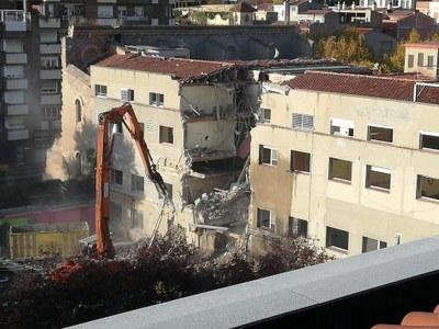 Enderroc de l'edifici de l'antic hospital per donar pas al Campus de Salut