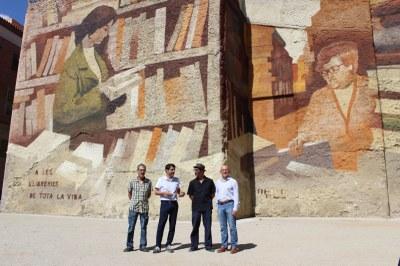 """Es presenta el mural """"Homenatge a les llibreries"""" que ja llueix a la plaça del Rei"""