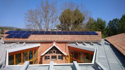 L'ajuntament d'Igualada inicia la instal·lació de plaques fotovoltàiques a l'escola Emili Vallès i al poliesportiu de les Comes