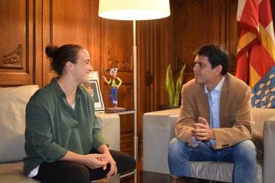 L'alcalde, Marc Castells, i la regidora Patricia Illa reben la futbolista Marina Salanova