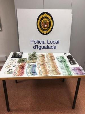 La Policia Local deté un presumpte traficant de drogues que va intentar atropellar un agent