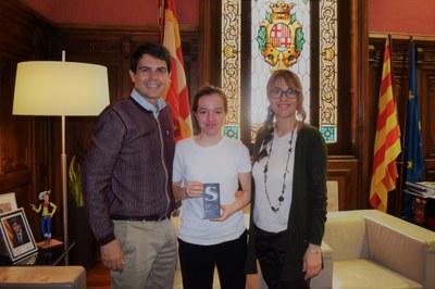 L'alcalde, Marc Castells, i la regidora Patricia Illa saluden la jove cuinera Júlia Caparrós
