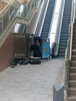 Reparació de l'avaria del mecanisme de seguretat de les escales mecàniques del carrer de Sant Magí