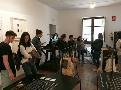 Els alumnes del cicle formatiu d'Assistència al Producte Gràfic Imprès de l'Escola La Gaspar visiten el Museu Molí Paperer.